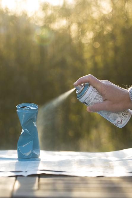 Poppige Getränkedosen als Tischdekoration - DIY