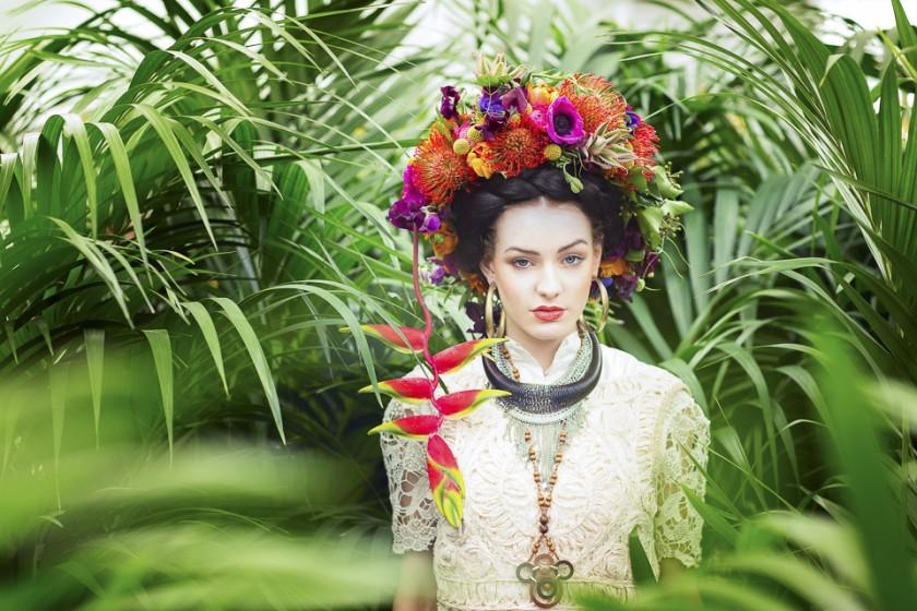 Frieda mit Blumenkranz