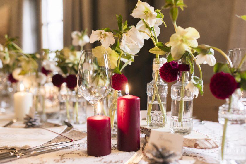 Gut angezogen auf der Hochzeitsfeier