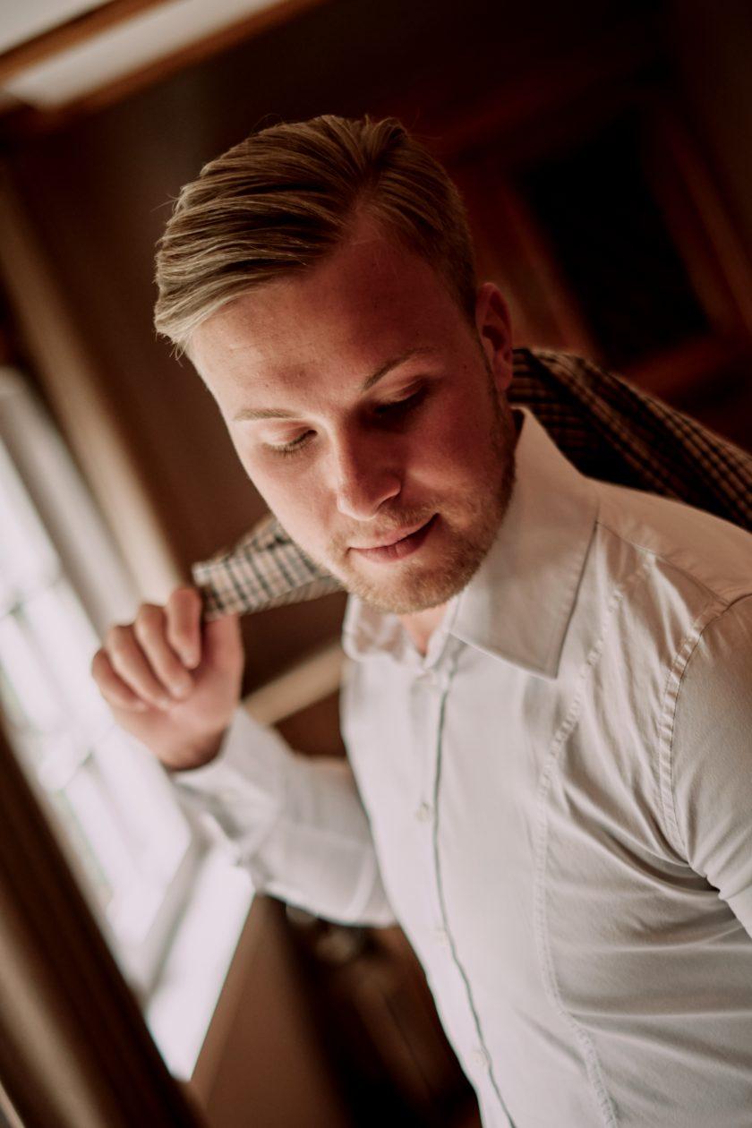 Brautigam-Getting ready-Hochzeit-Hochzeitsmorgen