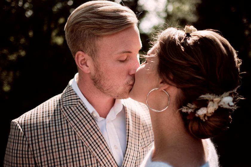 Hochzeitskuss-Paarshooting-heiraten 2021