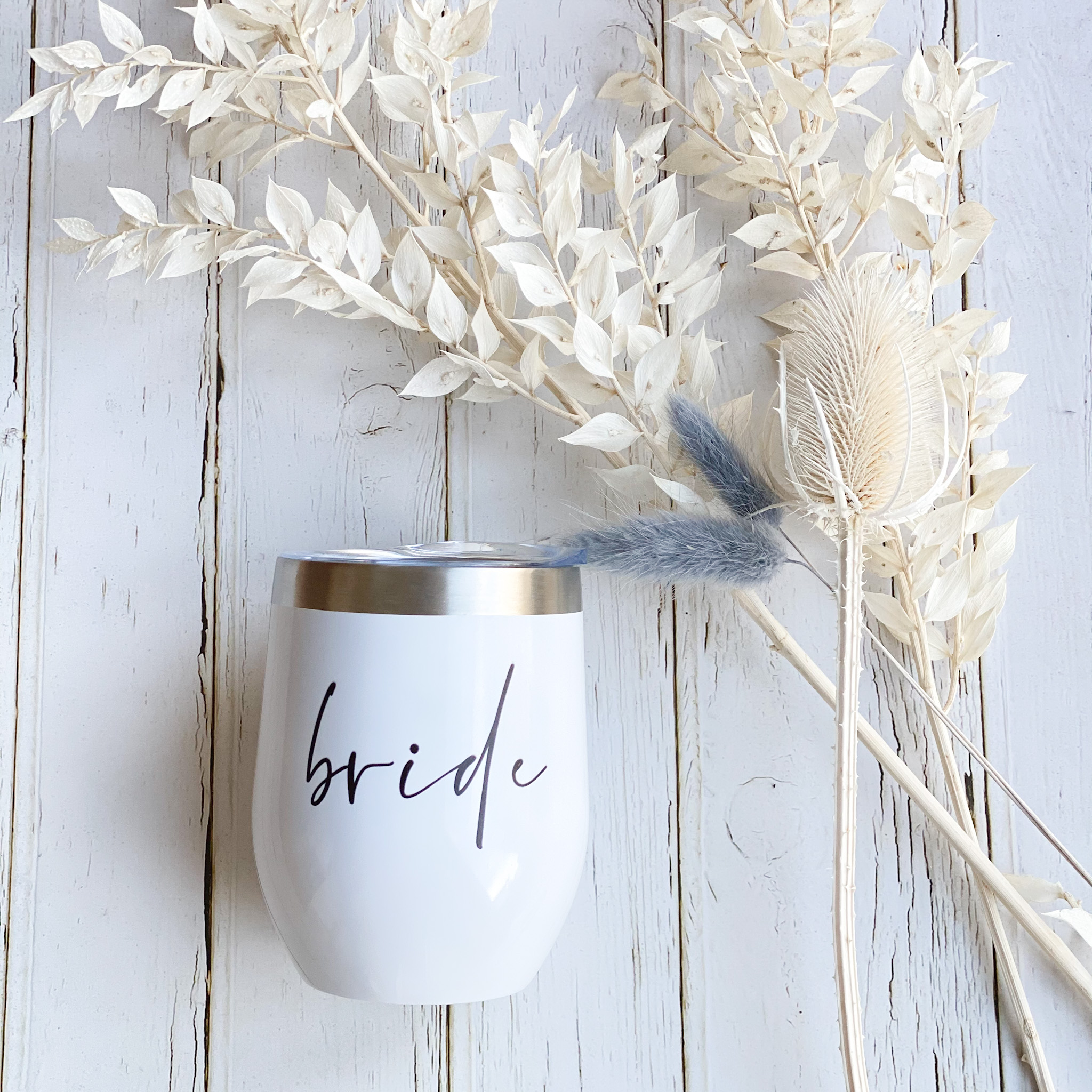 Weinbecher in weiß mit der Aufschrift bride | Perfekt für den JGA