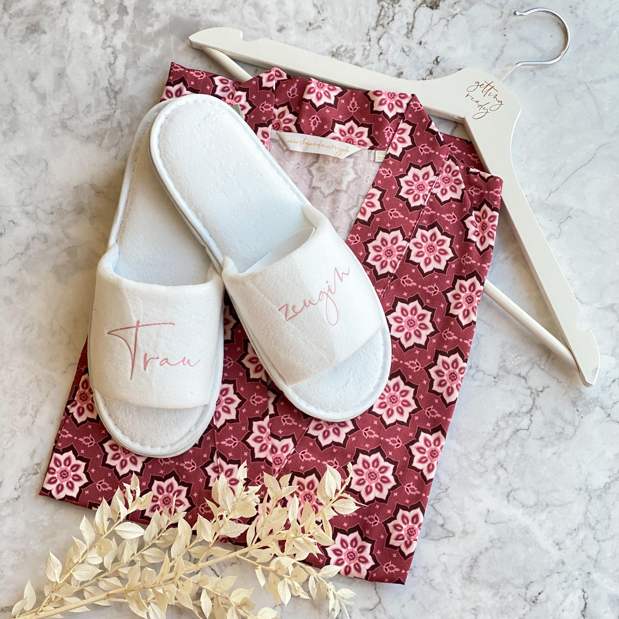 Getting ready Set   Kimono, Pantoffeln und Kleiderbügel   Perfekt für den Hochzeitsmorgen