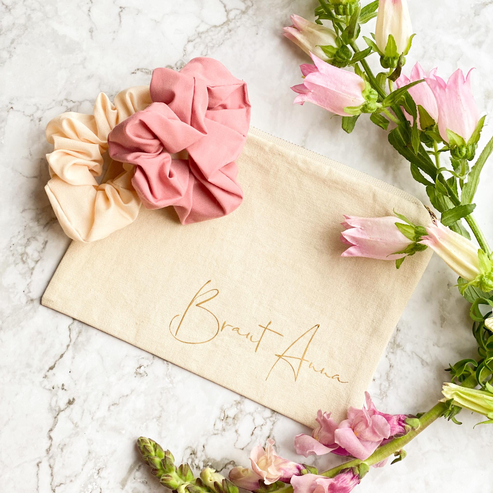 Kosmetiktasche in cremeweiß mit zwei Scrunchies in rosé und creme | personalisierbar | Schöne Geschenkidee